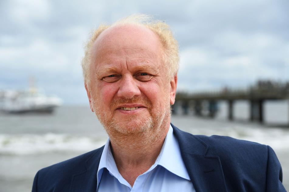 Der Landesdatenschutzbeauftragte Heinz Müller steht am Strand auf der Insel Usedom.