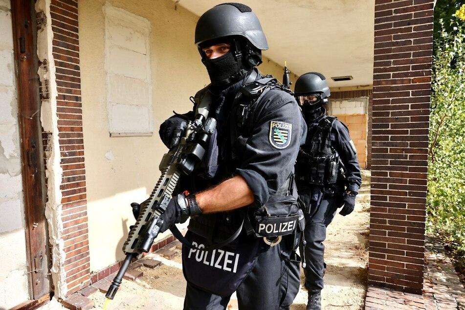 Wegen der Simulation eines Amoklaufs sind heute Polizisten mit Langwaffen in Sebnitz unterwegs.