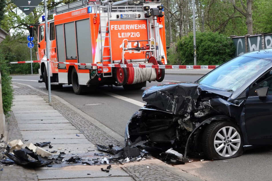 Heftiger Knall in Leipzig: Seat kracht in Hauswand