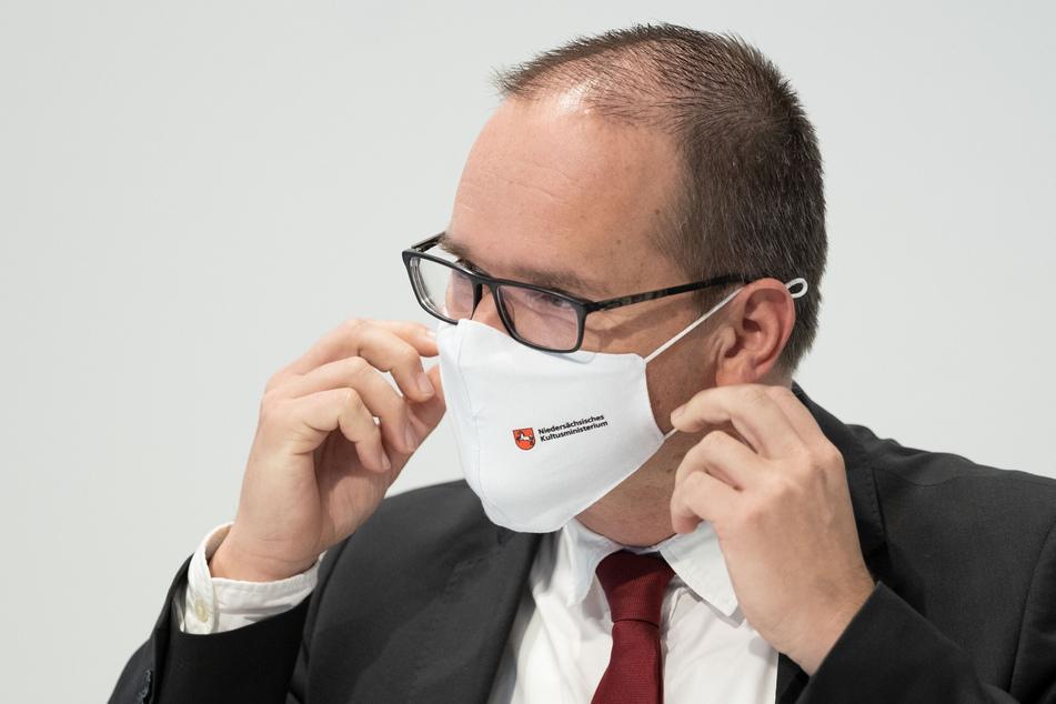 Niedersachsens Kultusminister Grant Hendrik Tonne (SPD) trägt vor Beginn einer Pressekonferenz zum Schulstart nach den Herbstferien in Niedersachsen einen Mund-Nasen-Schutz.