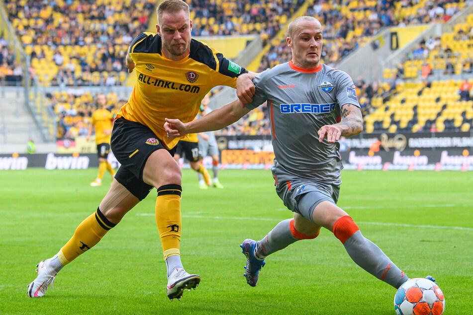 Sebastian Mai (27, l.) stoppt hier Paderborns Sven Michel (31) und brachte nach seiner Einwechslung mehr Sicherheit in die Dresdner Defensive.