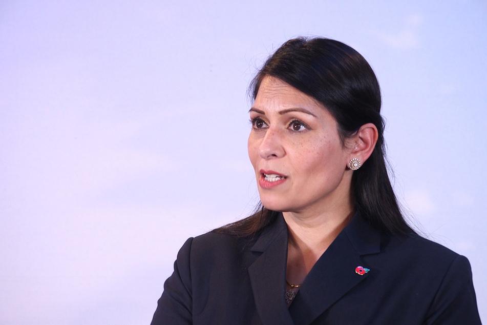Laut Großbritanniens Innenministerin Priti Patel, sollen Reisen nur mit strengen Regelungen stattfinden.
