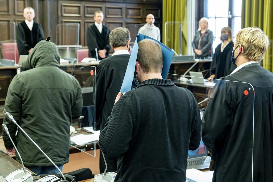 Die beiden Angeklagten (l.) warten auf den Beginn der Verhandlung.