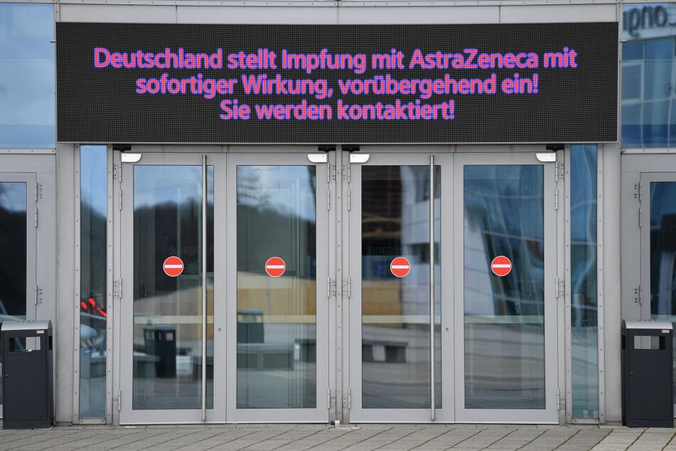 Mit einer Anzeigetafel wird am Impfzentrum in der Messe Erfurt über den Impfstopp informiert.
