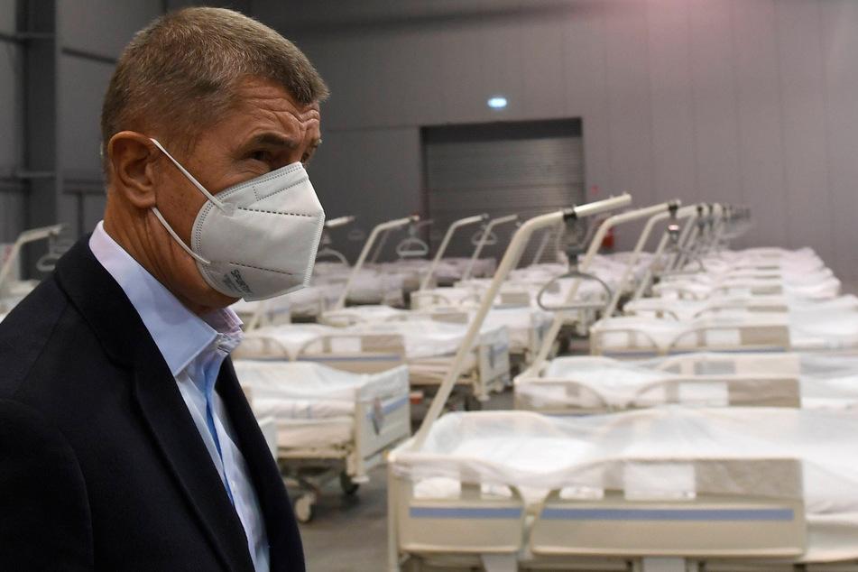 Tschechiens Premier Andrej Babis (64) beim Besuch eines Prager Krankenhauses.