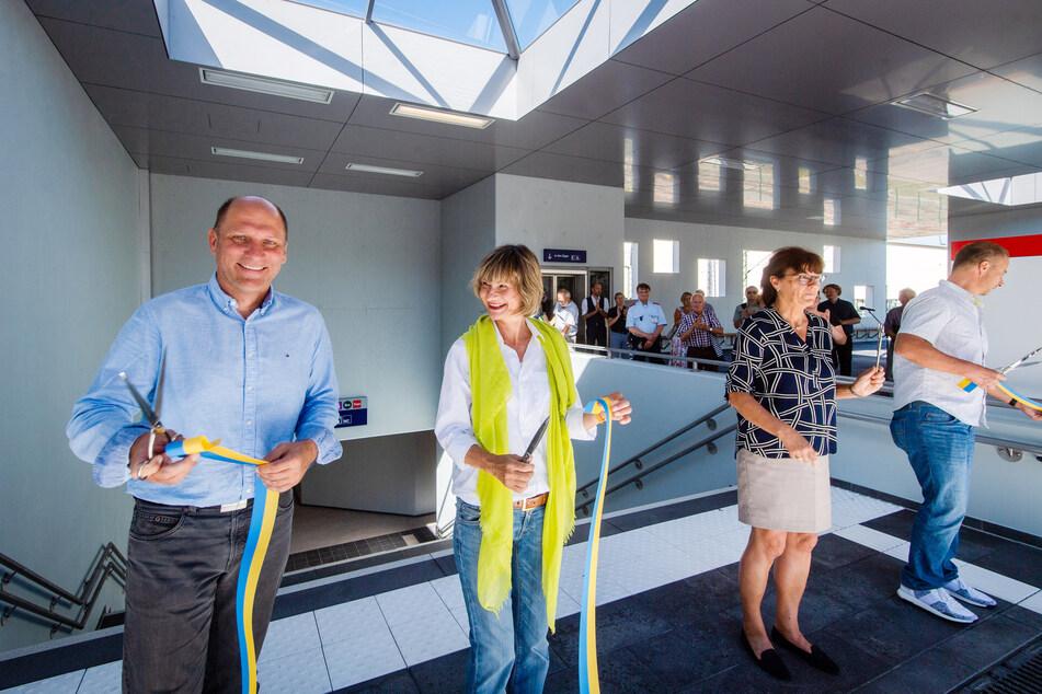 Erik Schindler (Schulze und Rank, l.), OB Barbara Ludwig (58, SPD), Ute Stuhr (DB Netze) und Bert Oppermann (Krause und Co.) gaben den Fußgängertunnel frei.