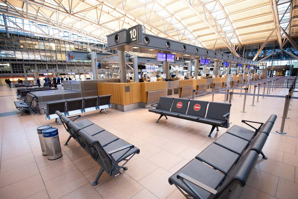 Nur wenige Fluggäste sind in der Abflughalle im Terminal 2 am Hamburger Flughafen unterwegs.