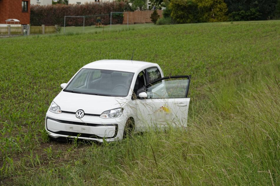 Aufs Feld gefahren: Eine VW-Fahrerin kam am Montag von der Chemnitzer Straße ab.