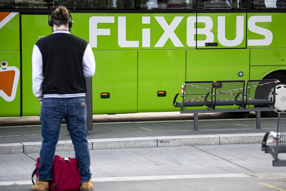 Ein Flixbus steht im Zentralen Omnibusbahnhof in Berlin.