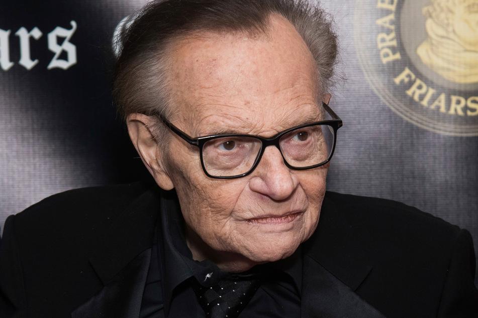 Larry King (87) soll aufgrund einer Corona-Infektion im Krankenhaus liegen.