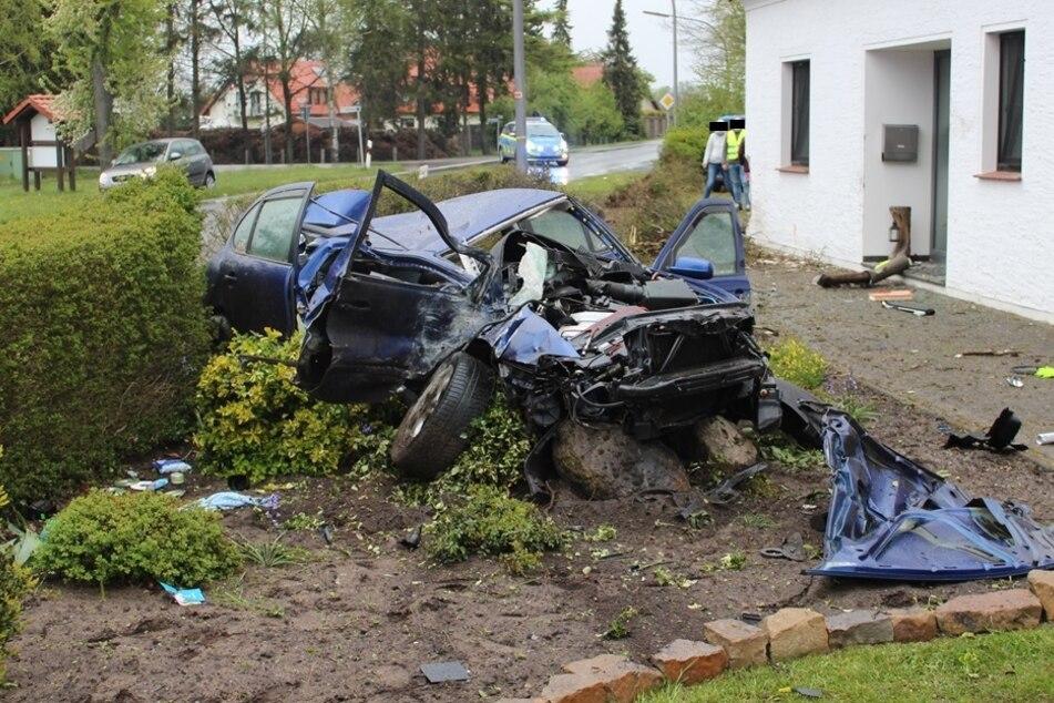 Schwer zu glauben, dass der Fahrer dieses Autos fast unversehrt aus dem Wrack gekommen ist.