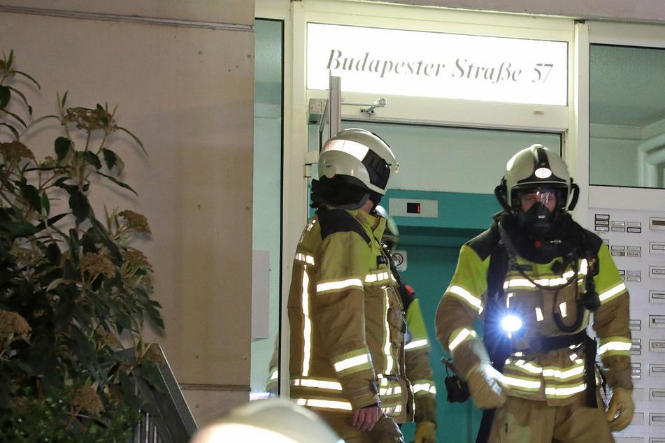 Die Wehren löschten den Brand mit einem Strahlrohr und unter dem Einsatz von Atemschutzmasken.