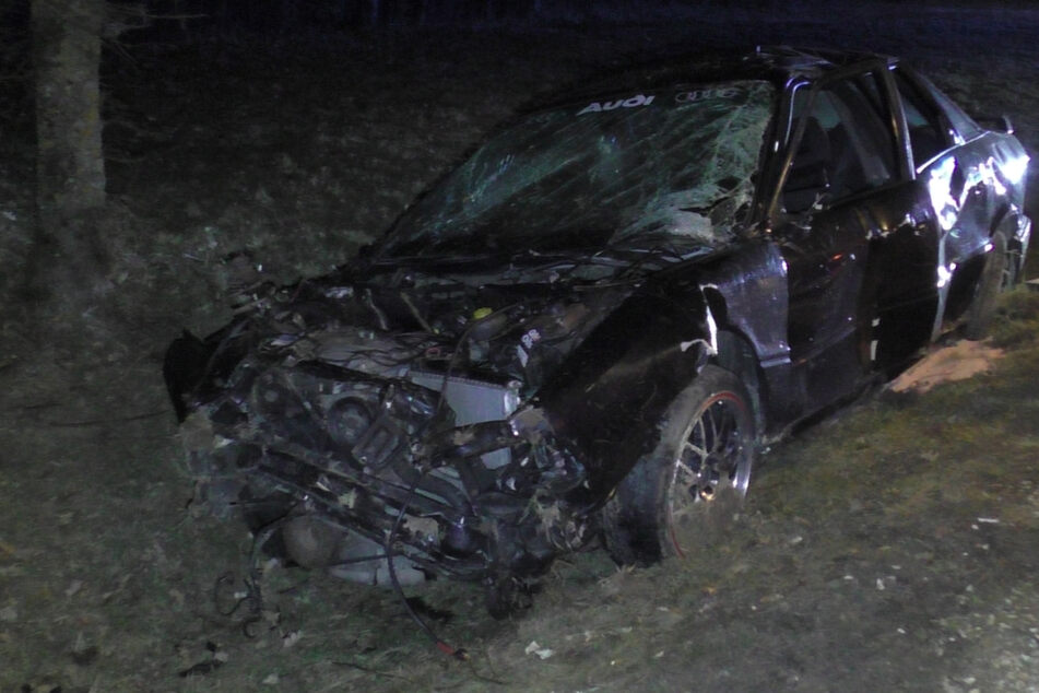 Junge Männer liefern sich Autorennen: Beifahrer (†19) stirbt nach Crash noch am Unfallort
