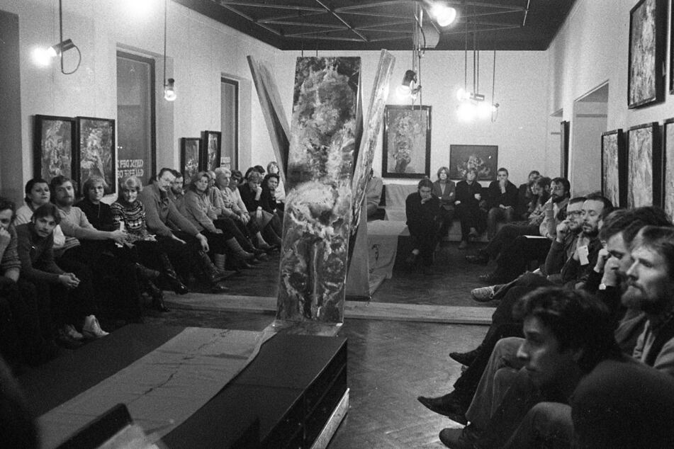 """Hier stand die Kunst im Mittelpunkt: Die """"Galerie Oben"""" mit einer Ausstellung von Hartwig Ebersbach, Anfang 1982."""