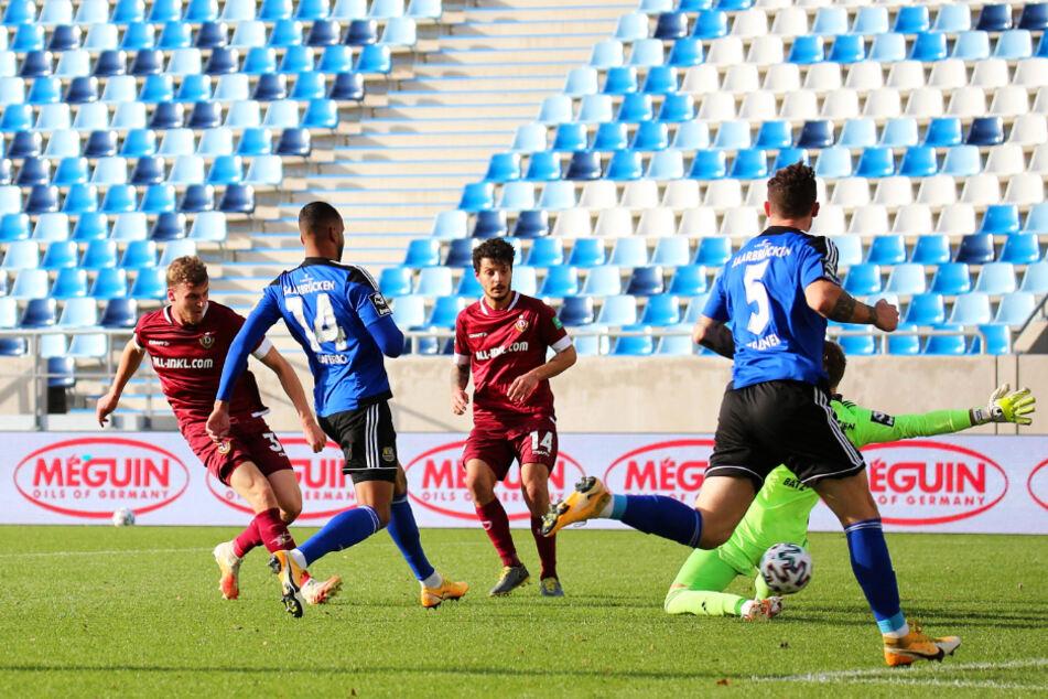 Christoph Daferner (l.) erzielt in dieser Situation das 1:0 für Dynamo Dresden.