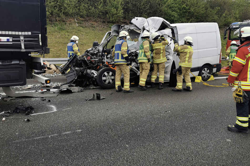 Der Fahrer des Kleintransporters wurde in seinem Führerhaus eingeklemmt und tödlich verletzt.