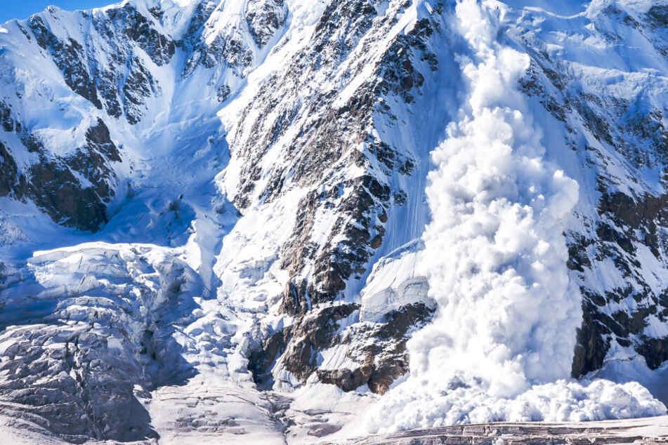 Mehrere meter mitgerissen: Drei Alpinisten von Lawine überrascht