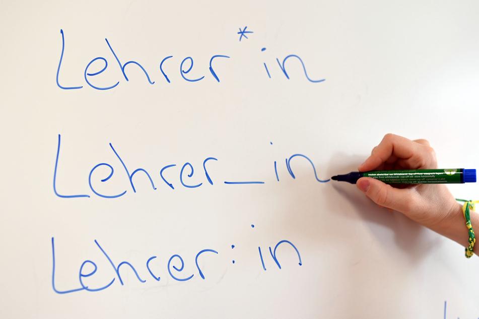 An sächsischen Schulen sollen künftig keine Sonderzeichen für eine geschlechterneutrale Sprache mehr verwendet werden.