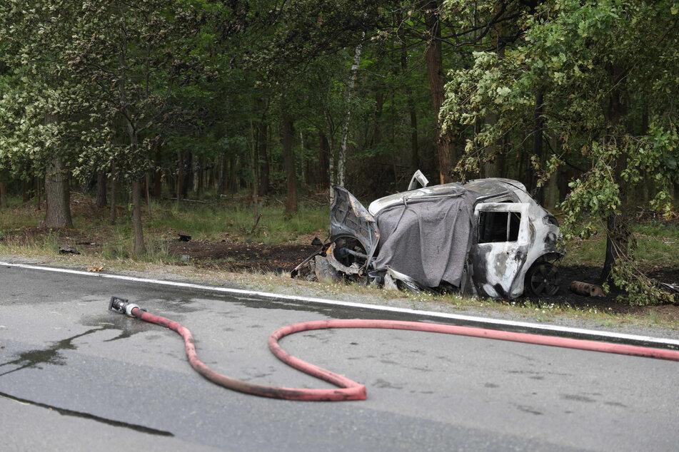 Das abgebrannte Auto steht am Straßenrand der B97.