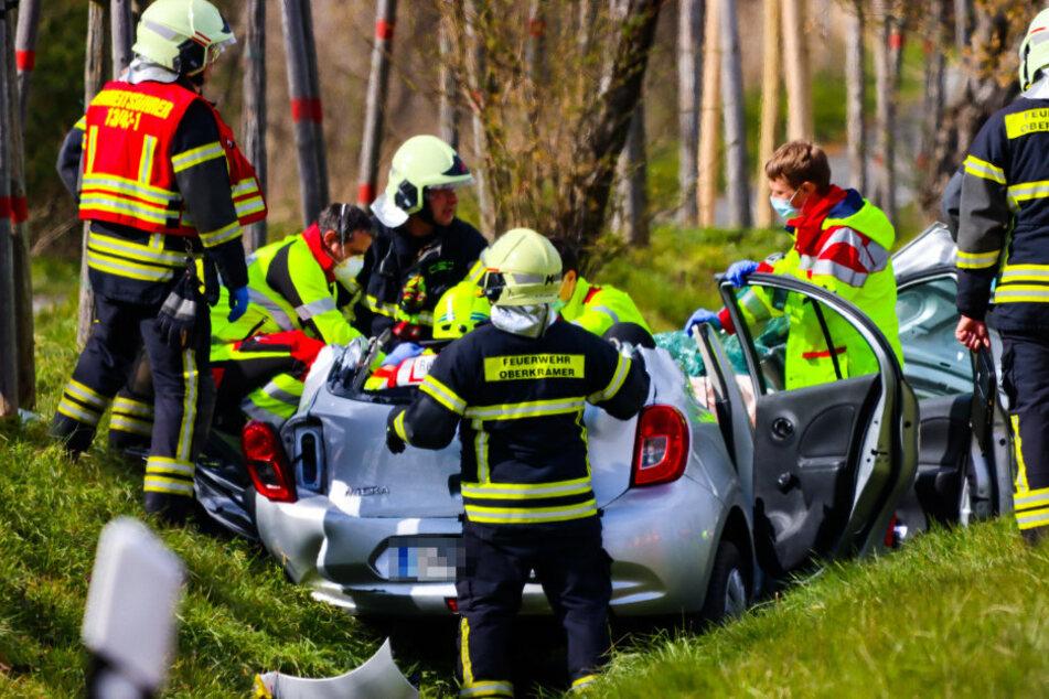 Tödlicher Frontal-Unfall: Autofahrer muss aus Wrack geschnitten werden