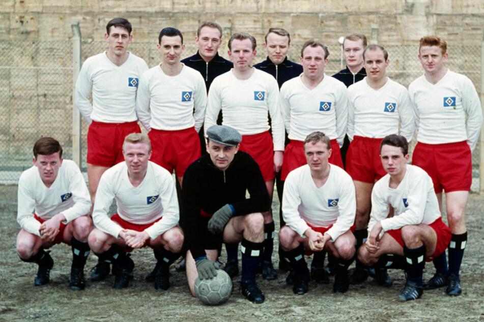 Harry Bähre (u. l.) auf einem Mannschaftsfoto des HSV vor der Saison 1961/1962.