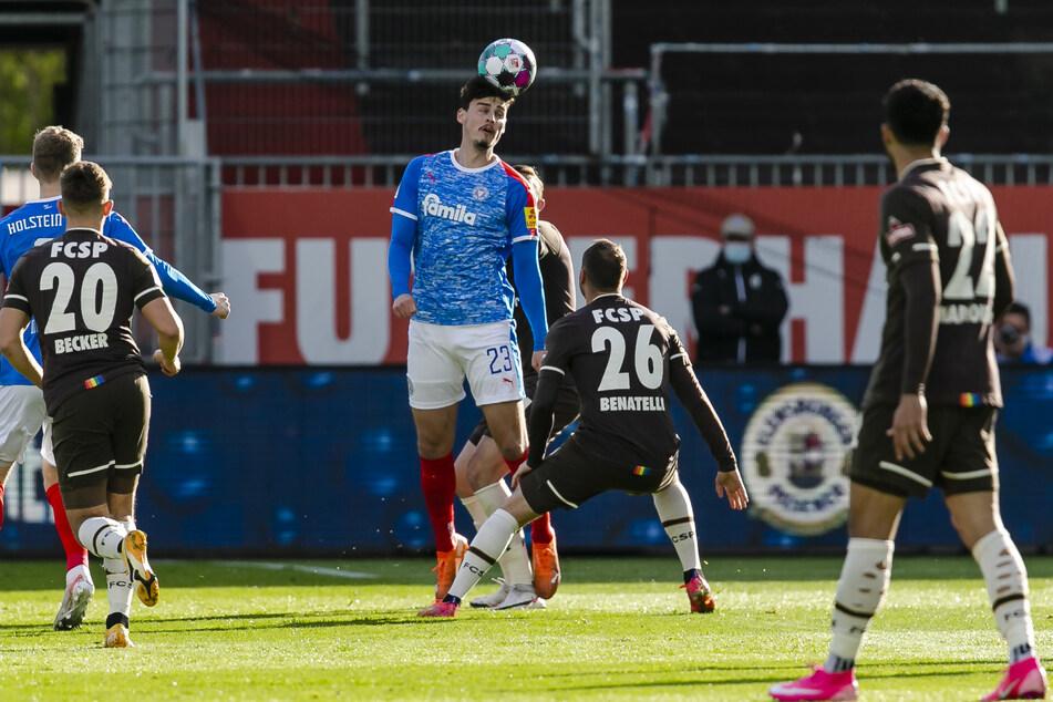 KSV-Stürmer Janni Serra (M.) drückte dem Spiel gegen den FC St. Pauli seinen Stempel auf, war an allen vier Toren direkt beteiligt.