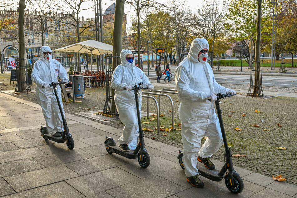 Chemnitz: Wer steckt hinter den Maskierten in den weißen Schutzanzügen?