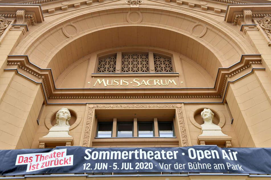 """""""Das Theater ist zurück"""" steht auf einem Banner, mit dem für den Auftakt des Open Air-Sommertheaters am Theater geworben wird. Nach der Corona-Zwangspause melden sich die Theater in vielen Bundesländern langsam zurück."""