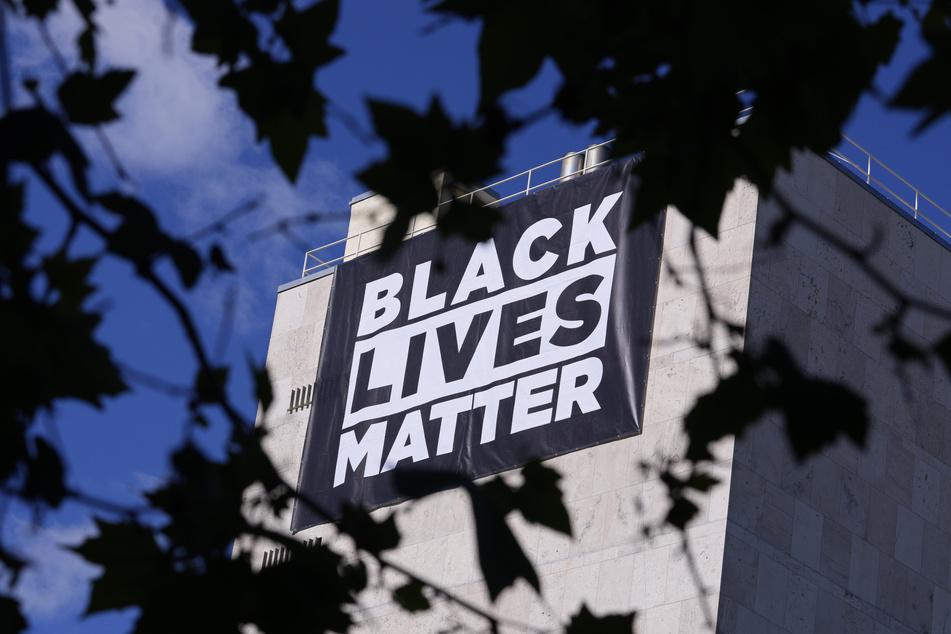 """Der Angriff eines Polizisten auf den 46 Jahre alten Afroamerikaner George Floyd, der dadurch verstarb, brachte das Thema Rassismus unter dem Motto """"Black Lives Matter"""" erneut auf die Agenda."""