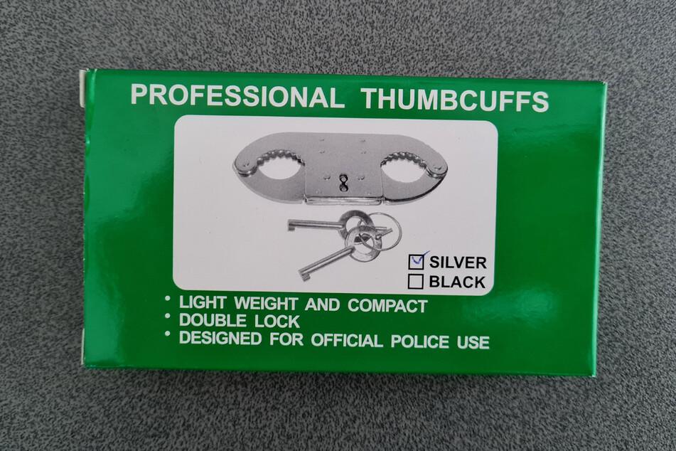 Zwar wirbt die Verpackung damit, dass die Daumenschellen für den offiziellen Polizeieinsatz entworfen wurden, doch in Deutschland werden sie dafür nicht benutzt.