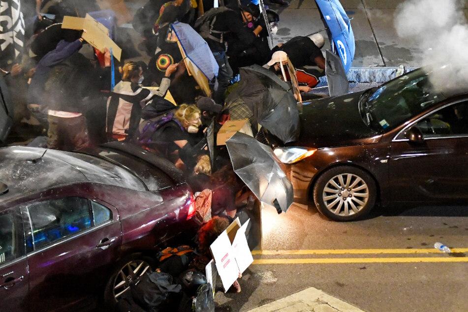 Heftige Krawalle nach brutalem Polizeieinsatz, Autos fahren in Menschengruppe!