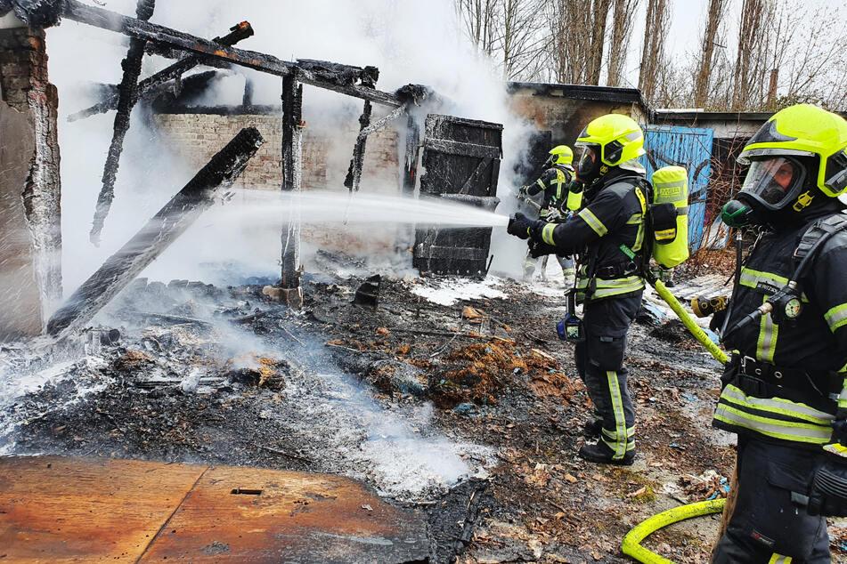Trotz der Löscharbeiten brannten in Altchemnitz insgesamt acht leer stehende Garagen vollständig aus.