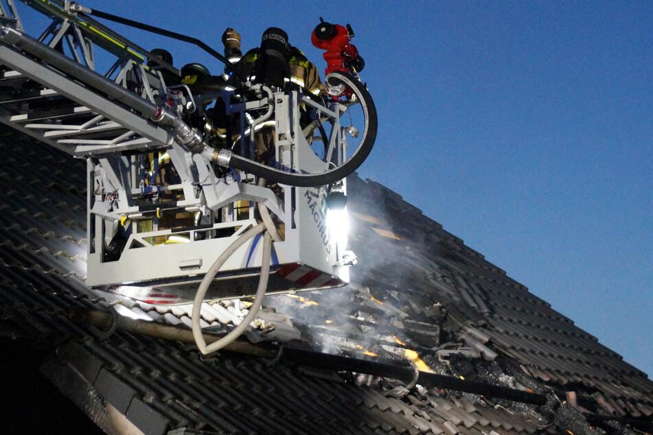 Feuerwehr in Bayern im Einsatz: Bei dem Brand in Regensburg ist ein hoher Sachschaden entstanden.