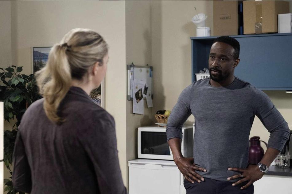 Hendrik (Jerry Kwarteng, 45) fällt aus allen Wolken, als Britta (Jelena Mitschke, 43) ihm mitteilt, dass er vorerst vom Dienst suspendiert ist.