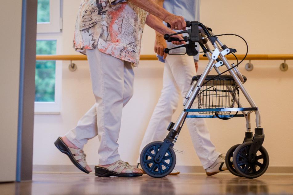 In Bayern gibt es immer weniger Menschen, die in der Pflege arbeiten wollen. (Symbolbild)