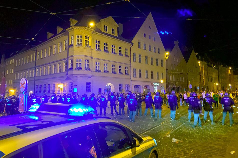 Die Polizei löste in der Nacht zu Sonntag eine Ansammlung von Hunderten Feiernden auf. Bei dem Einsatz seien zahlreiche Beamte verletzt worden, sagte ein Polizeisprecher.