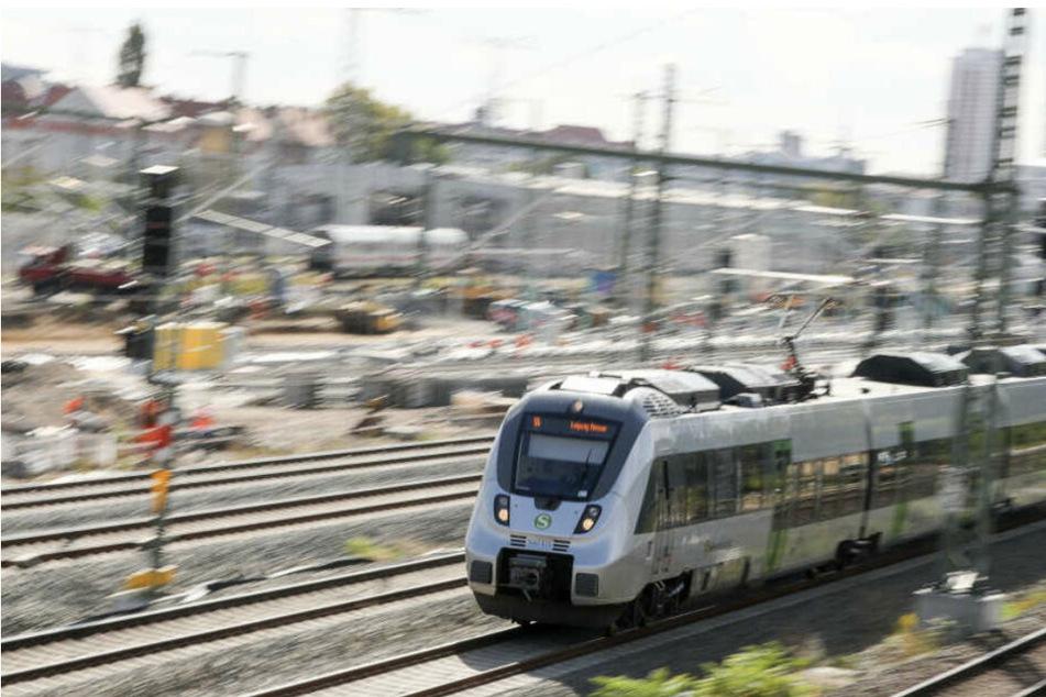 Leipzig: Zugbegleiter und Reisende am Wochenende in S-Bahn mit Messer bedroht