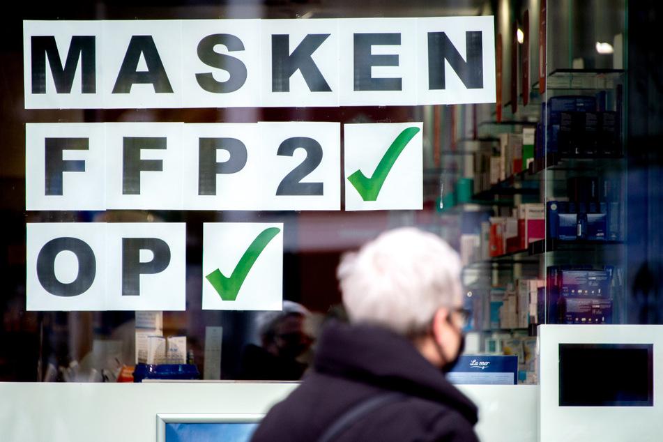 Im Bundesland Bremen sollen Risikogruppen von Mitte November an kostenlose FFP2-Masken erhalten. Der Senat stellt dafür zunächst zwei Millionen Euro bereit. Einem Sprecher zufolge reicht das für rund eine Million Masken. Das Land Bremen hat rund 680.000 Einwohner.