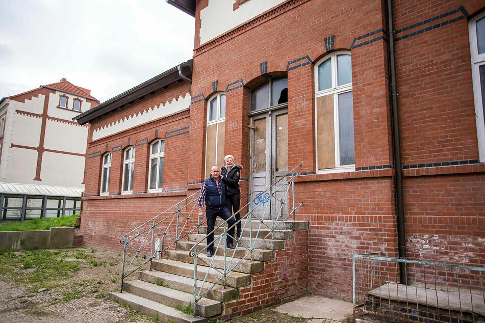 April 2016: Melanie Müller und ihr Mann Mike Blümer nahmen TAG24 mit auf einen Rundgang durch ihren erworbenen ehemaligen Bahnhof.
