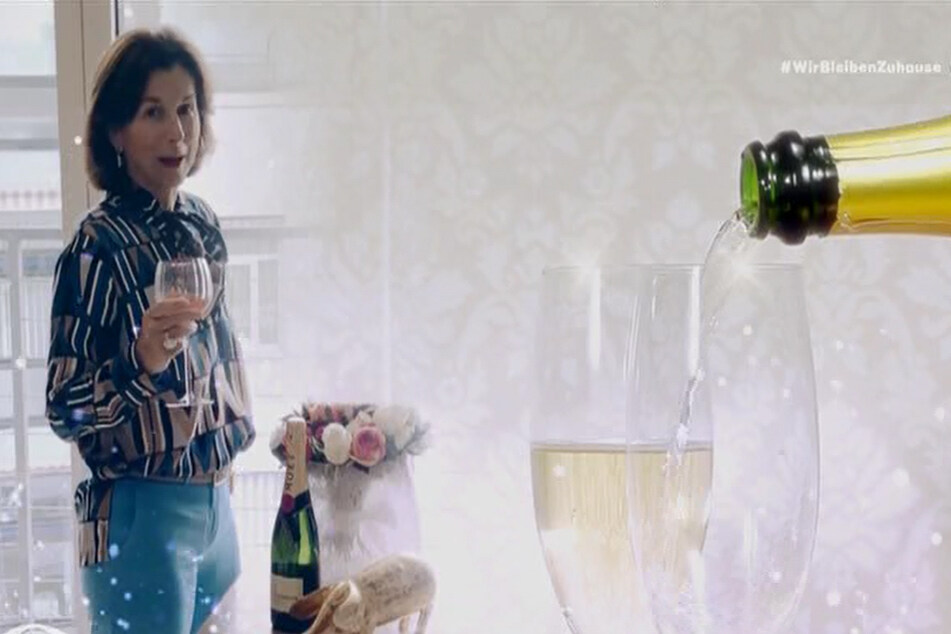 """Claudia Obert und ihre Flasche. """"Welche Bewohner dürfen heute mit mir Champagner schlürfen?"""" Santé!"""