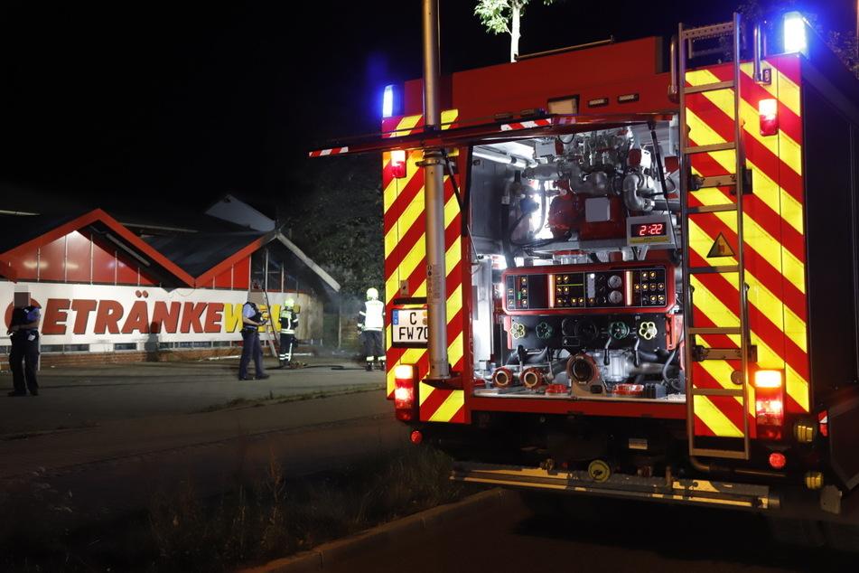 Chemnitz: Müllcontainer brennen in Chemnitz, Feuerwehr rettet Getränkemarkt
