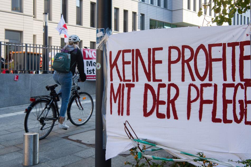 Die Beschäftigten der landeseigenen Berliner Krankenhäuser Vivantes und Charité sind seit Donnerstag in einem unbefristeten Streik getreten.
