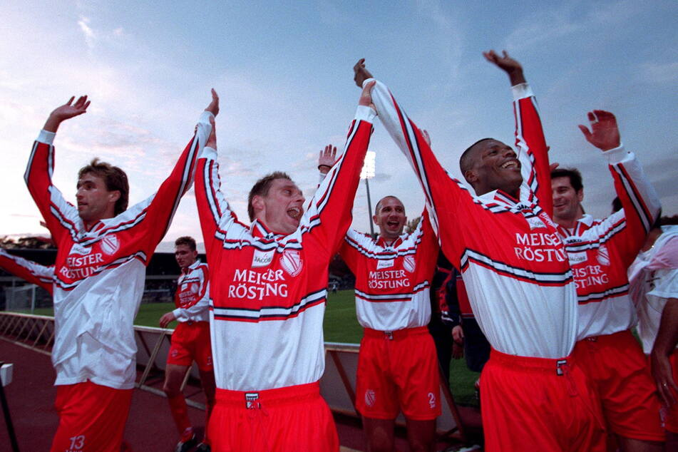 Einer seiner größten sportlichen Erfolge: In der Saison 1999/2000 stieg Olaf Renn (2.v.l.) mit Energie Cottbus in die Bundesliga auf.