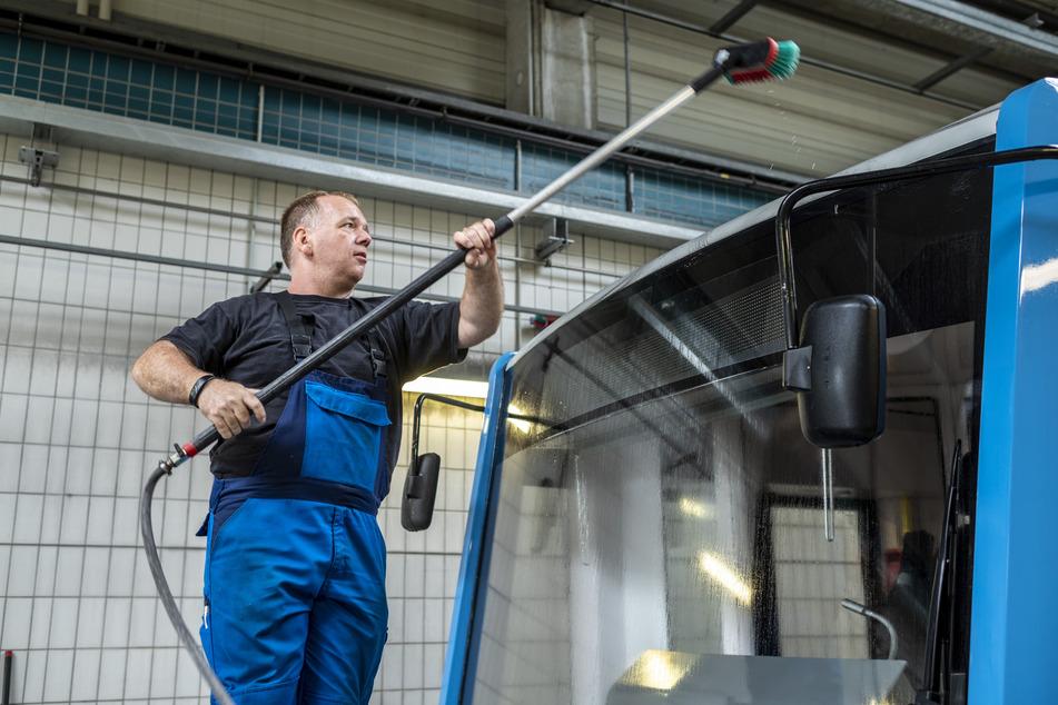 Fahrzeugvorbereiter Steve Hofmann (38) von der CVAG behandelt verschmutzte Stellen vor. Erst dann fährt die Straßenbahn in die Waschstraße.