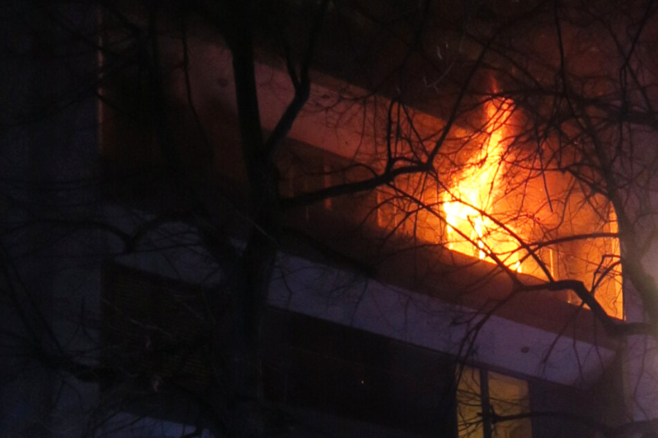 Frankfurt: Frankfurt: Wohnung komplett ausgebrannt, ein Mensch tot