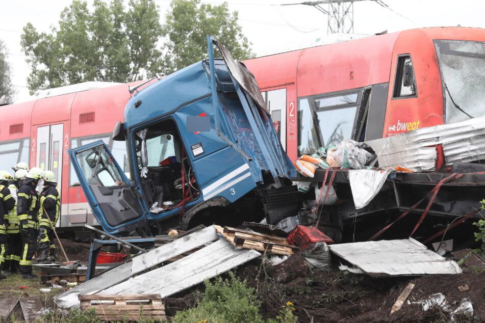 Lastwagen und Zug krachen zusammen! Mehrere Verletzte