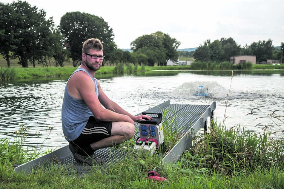 Tobias Kiffner (32) leitet die Satzfischanlage in Sproitz. Er setzt Oberflächenbelüfter ein, die das Wasser aufwirbeln, um den Sauerstoffgehalt des Wassers anzuheben.
