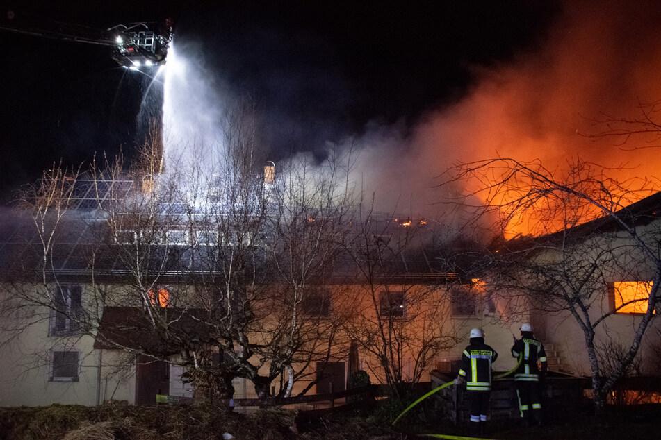 Öltank-Halle in Flammen: Millionenschaden und Öko-Sorgen