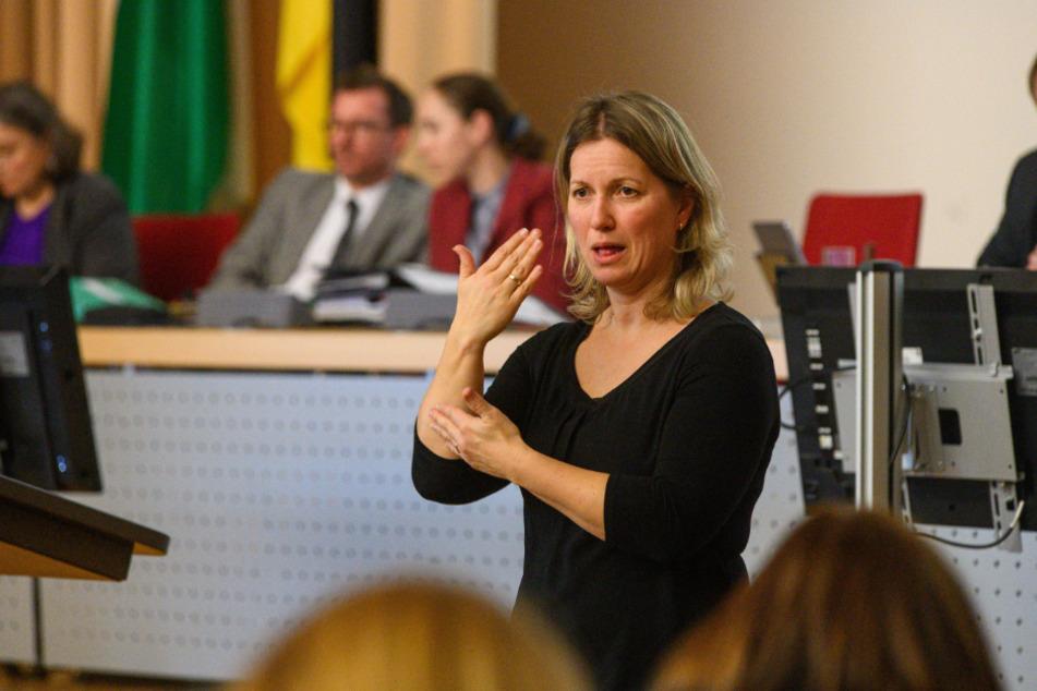 Gebärdensprachdolmetscherin Claudia Hempel (45) übersetzt die Reden der Politiker für Gehörlose.