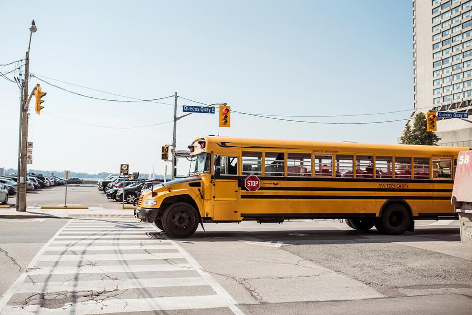 Aus einem Schulbus wie diesem sprang der Elfjährige (Symbolbild).